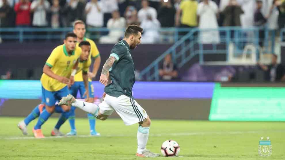 Lionel Messi cobra el penal de Argentina