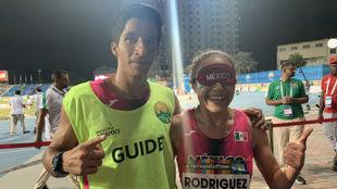 Mónica Rodríguez con su medalla de oro y su guía