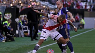 Bebé e Isi disputan el balón en el partido disputado en Vallecas...
