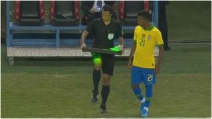 Rodrygo se prepara para saltar al campo contra Argentina.
