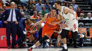 Marinkovic conduce el balón ante la presión de Dedovic y la mirada...