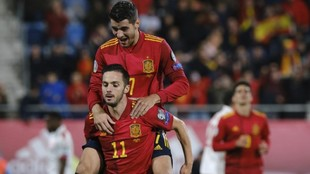 Sarabia y Morata celebran el cuarto tanto de España.