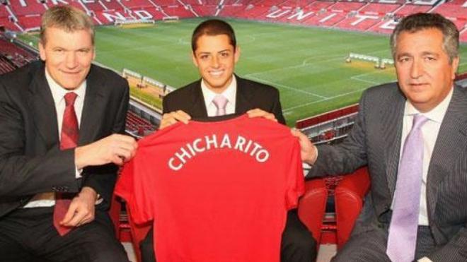 Javier Hernández en su presentación con Manchester United.