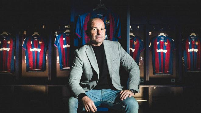 Paco López posa junto a unas camisetas del Levante.