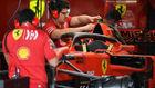 Mecánicos de Ferrari en el box italiano en Interlagos.