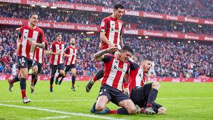 Los jugadores del Athletic celebran un gol contra el Levante.