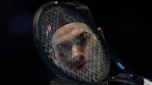 Federer, tapado por la raqueta
