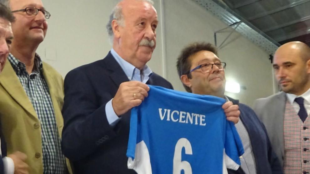 Vicente del Bosque posa con la camiseta de la Ferro, con su nombre y...