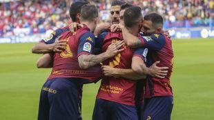 Los jugadores del Extremadura celebran el 1-0 marcado por Álex Díez.