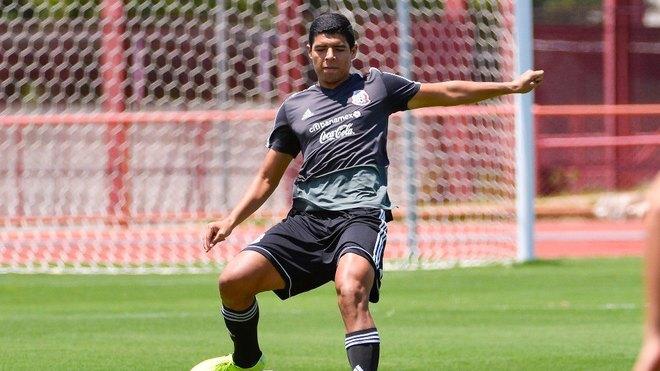 Víctor Guzmán durante un entrenamiento de la selección mexicana.