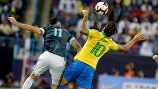 Ocampos y Lucas Paquetá, con el 10 a la espalda, pugnan por un balón...