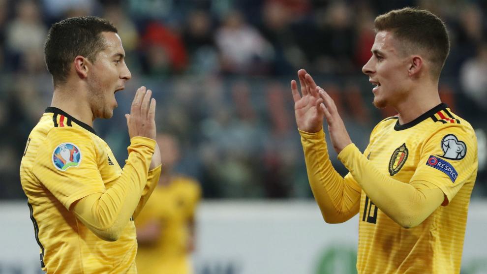 Eden Hazard y Thorgan Hazard celebran uno de los goles de Bélgica a...