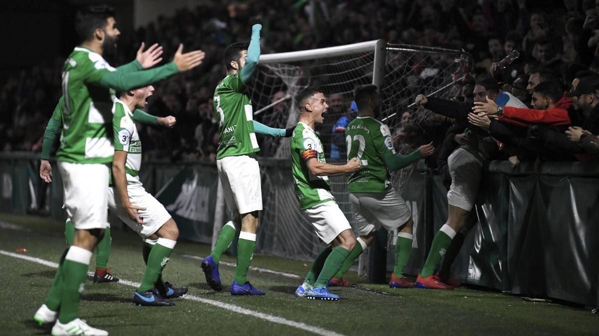 Los jugadores del Álamo celebran el gol que les dio el pase en la...