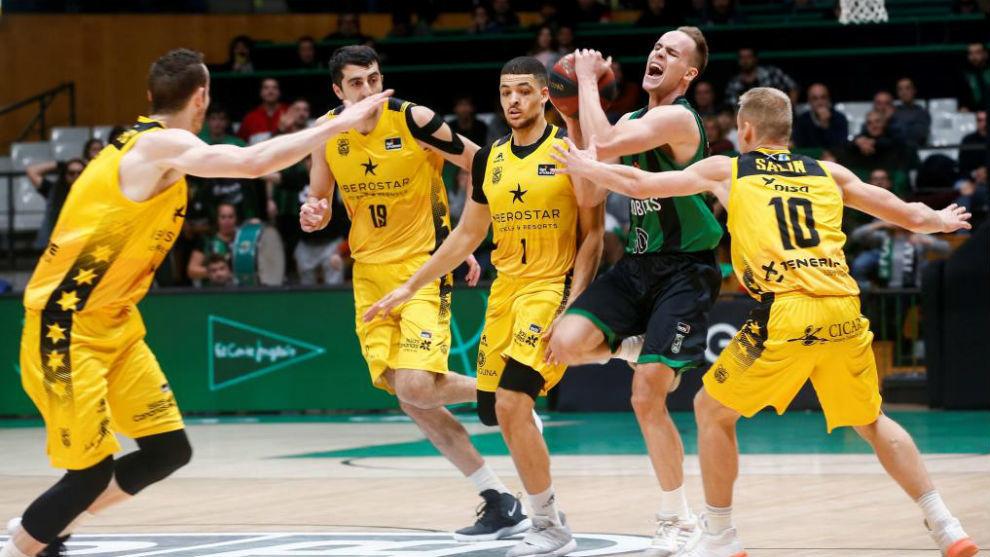 Klemen Prepelic, rodeado por cuatro jugadores del Iberostar Tenerife.