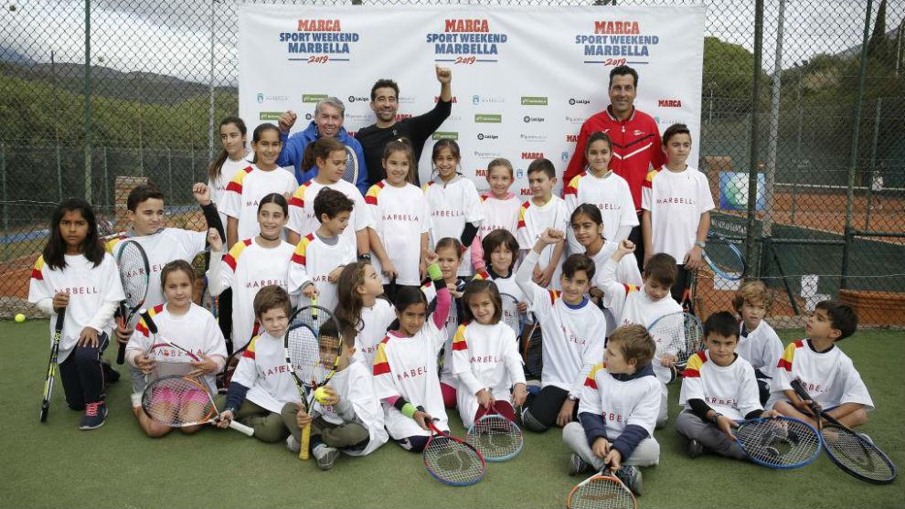 Marc López y Manolo Santana junto a los niños del Clínic en...