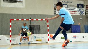 Un niño lanza un penalti a Luis Amado