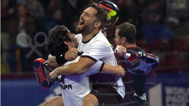 Los jugadores Franco Stupaczuk y Matías Díaz celebran la victoria en...