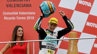 Xavi Artigas celebra su podio en Cheste.