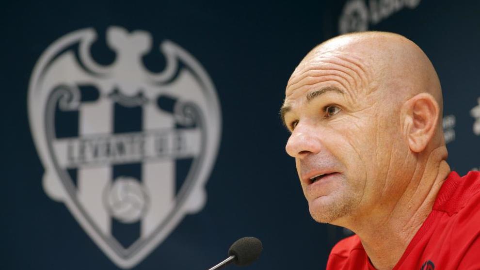 Paco López, en una rueda de Prensa en el estadio Ciutat de València.