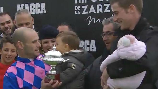 Borja Fayos recibe el trofeo de manos de Román Martín.