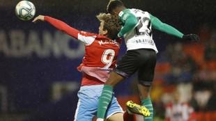 Manu Barreiro y Kitoko luchan por hacerse con el balón