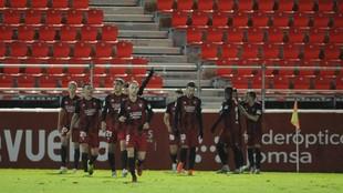 Los jugadores del Mirandés celebran uno de sus goles a Las Palmas