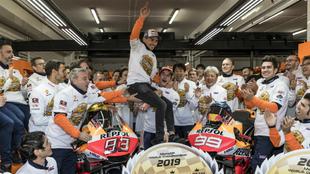 Márquez sostiene en sus brazos a Lorenzo.