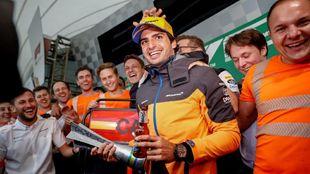 Carlos Sainz celebra el podio con su equipo.