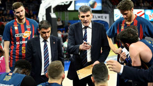 Velimir Perasovic da instrucciones a los jugadores del Baskonia.