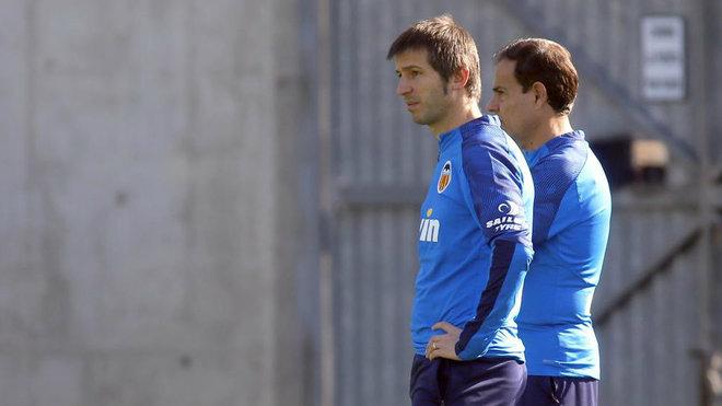 El técnico Albert Celades y el preparador físico Javier Miñano, en...