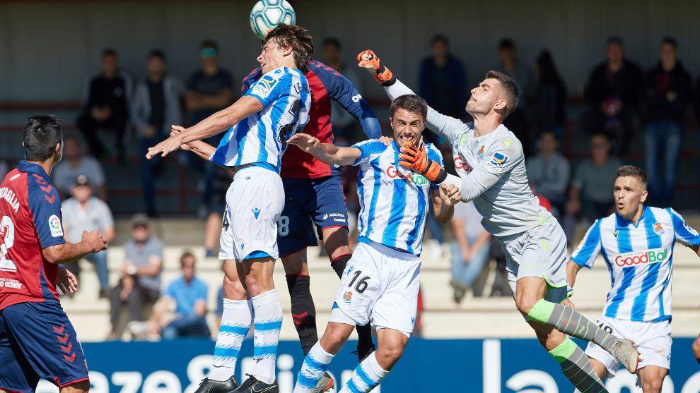Zubiaurre sale a despejar un balón, en el amistoso contra Osasuna en...