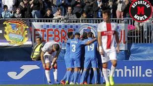 Los jugadores del Fuenlabrada celebran uno de sus tres goles al Huesca
