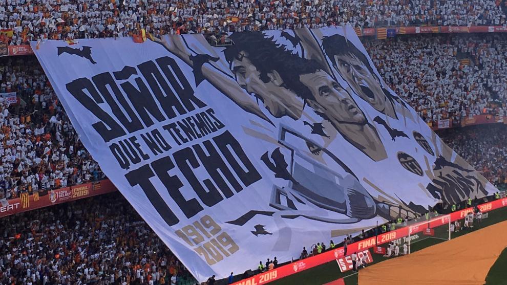 Tifo de la afición del Valencia en la final de Copa.