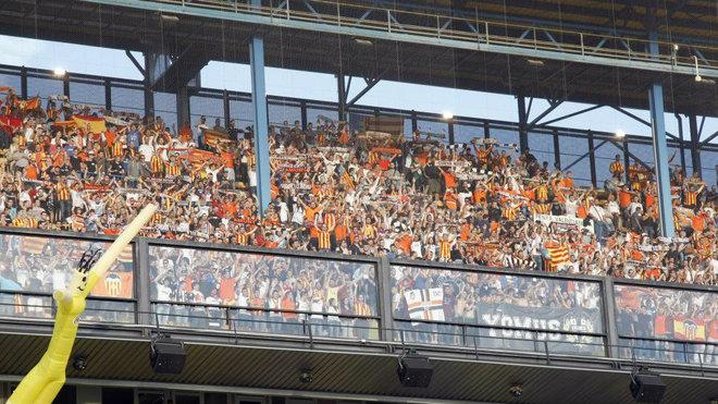 Afición del Valencia en el estadio de La Cerámica.
