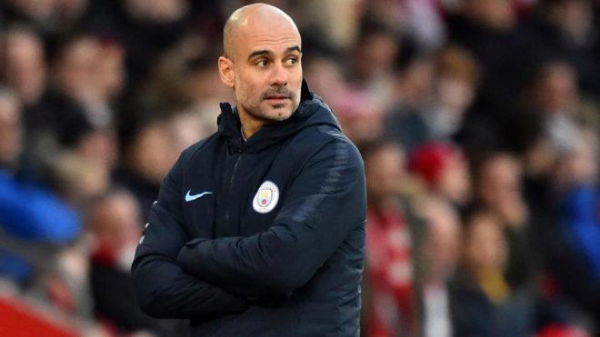 Pep Guardiola dirigiendo al Manchester City.