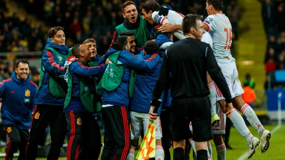 Los jugadores de la selección celebran el gol de Rodrigo en Solna, el...