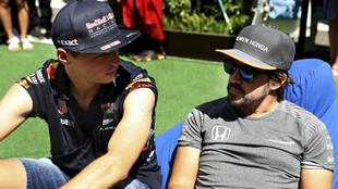 Verstappen habla con Alonso.