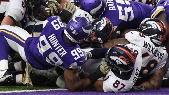 Andy Janovich de los Denver Broncos firma un 'touchdown' contra los...