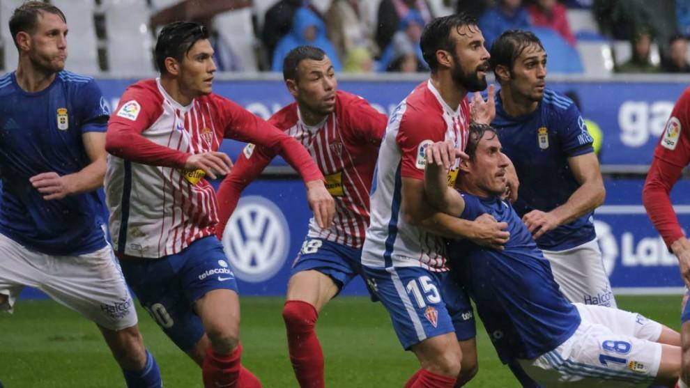 Molinero y Christian Fernández se sujetan ante la presencia de varios...