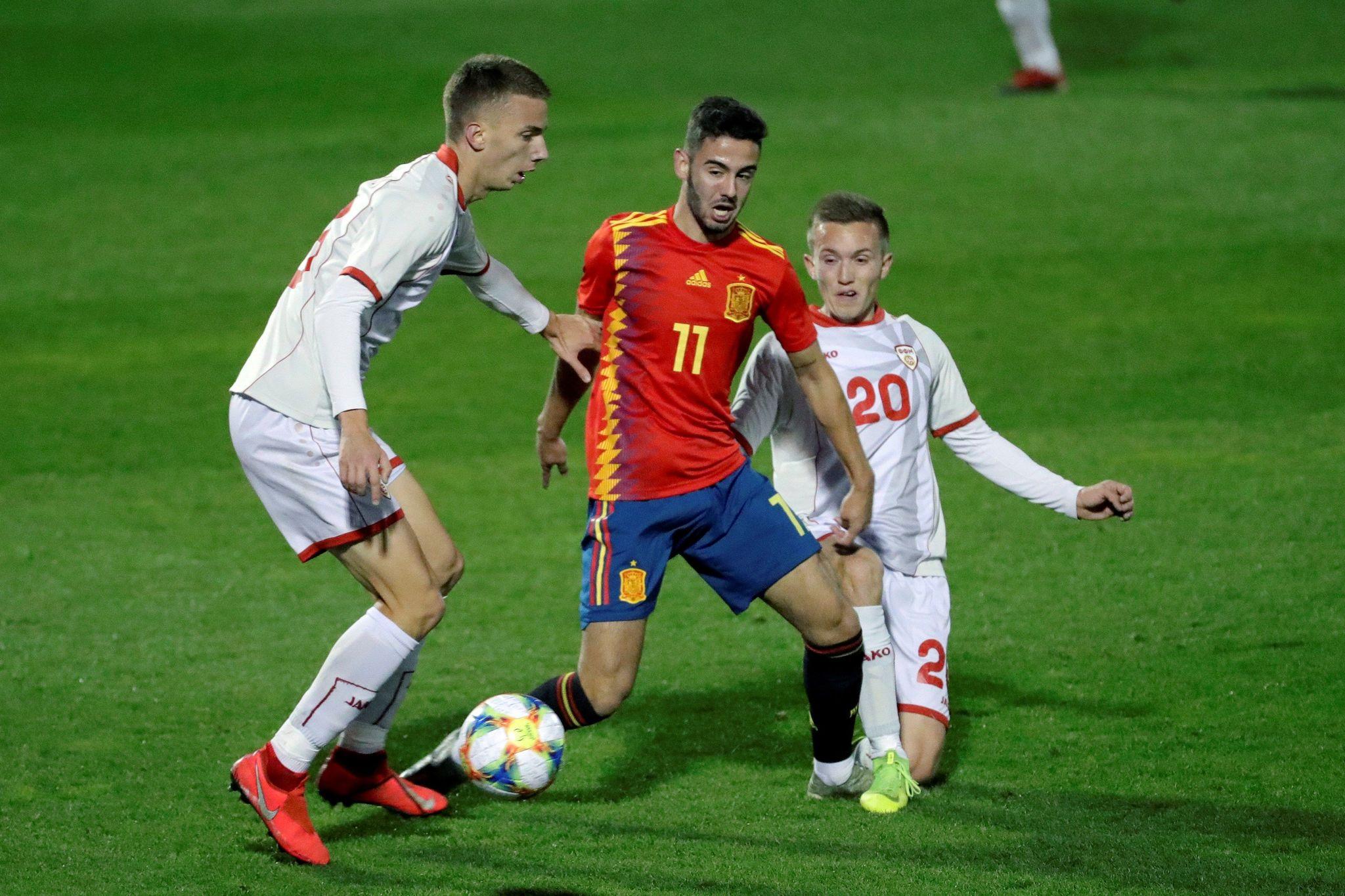 GRAF9165. ALCORCÓN (MADRID), 14/11/2019.- El extremo de la selección española de fútbol sub-21 <HIT>Andrés</HIT><HIT>Martín</HIT> (c), disputa un balón contra el centrocampista del Macedonia del Norte sub-21, Tomce Grozdanovski (d), este jueves, durante el partido de clasificación para la Eurocopa 2021, en el estadio de Santo Domingo, en Alcorcón, Madrid. EFE/JuanJo <HIT>Martín</HIT>