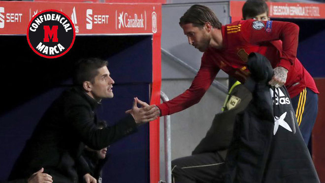 Robert Moreno, saludando a Ramos tras el cambio