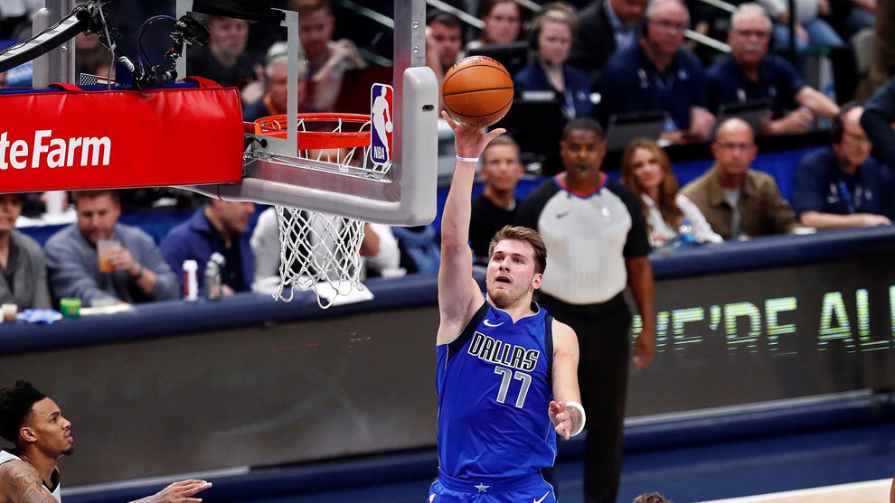 Luka Doncic anota ante los Spurs