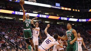 Jayson Tatum anota ante los Suns