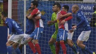 La defensa del Oviedo defiende en un córner del derbi del domingo.
