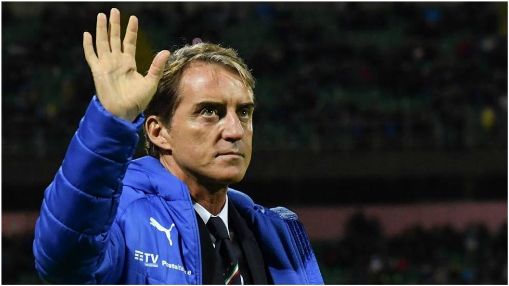 Roberto Mancini saluda a los 'tifosi' en el partido contra Armenia.