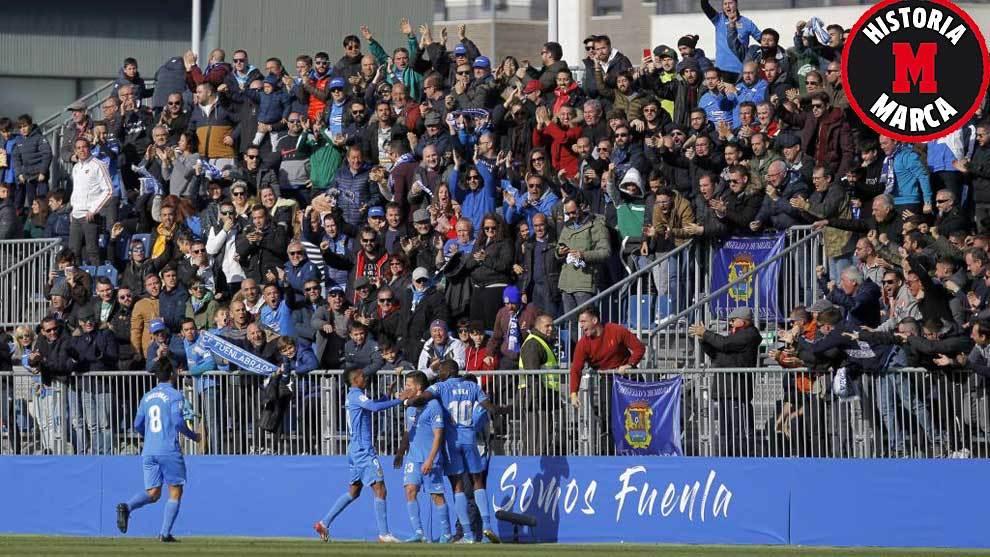 Los jugadores del Fuenlabrada celebran uno de los goles al Huesca con...