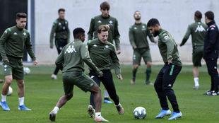Fekir hace un ejercicio con Francis y Kaptoum.