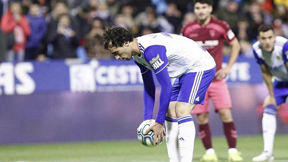 Íñigo Eguaras  coloca el balón para lanzar el penalti ante el...