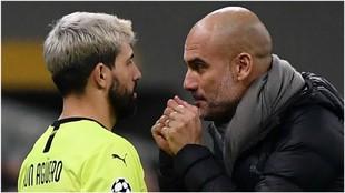 Guardiola da instrucciones a Agüero en el partido ante Atalanta.