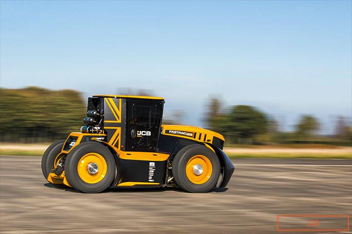 El increíble tractor tuneado que alcanza los 217 km/h